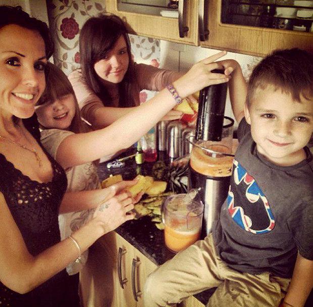Candice, alături de familia şi priietenii, în timp ce prepara suc din fructe